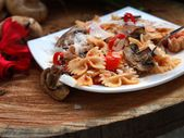 Farfalle with mushrooms and tomatoes — Stock Photo
