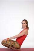 Jeden młody zdrowy sportowy kaukaski kobieta ćwiczenia jogi — Zdjęcie stockowe