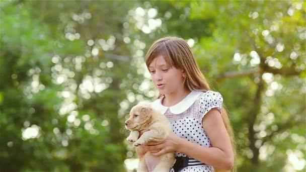 Девушка держит воротник фото