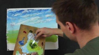 Artiste travaillant sur la peinture. Processus de création des peintures sur toile. — Vidéo