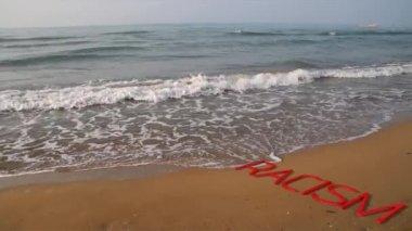 Onde del mare che porta il no al razzismo — Stock Video