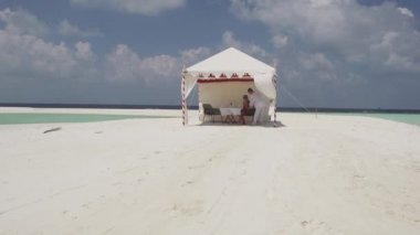 Couple Arriving To  Sandbank — Vídeo Stock