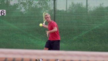 Speler te raken tennisbal — Stockvideo