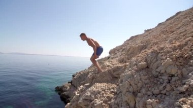 Fit Man Jumping Of The Cliff — Stock Video