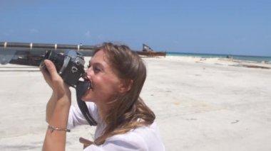Žena připravuje fotoaparát — Stock video