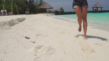 Moda Model Sandy Beach üzerinde poz — Stok video