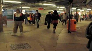 Pedestrians roam the streets of Hong Kong — Stock Video