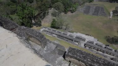 Tourists overlook the Xunantunich temple — Stock Video