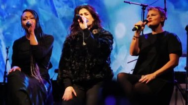 Frozens Idina Menzel sings the ending of 'Let It Go' — Stock Video
