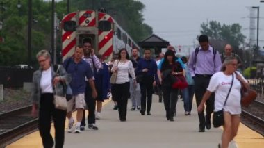 Metra commuters walk the train platform — Stock Video