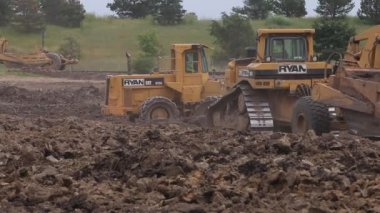 Caterpillar bulldozers and soil compactors — Stock Video