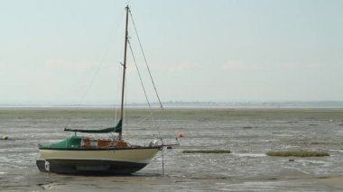A sailboat at low tide on Leigh-on-Sea — Vídeo de stock