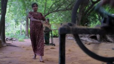 Indian women make rope — Stock Video