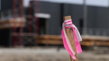Pink marker stake at a commercial construction site — Stock Video