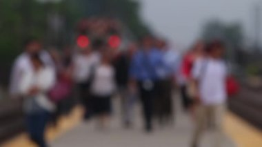 Commuters walk along train platform — Stock Video