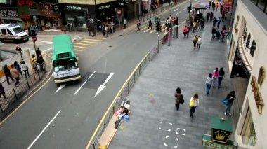 Pedestrians walk on a sidewalk in Hong Kong — Stock Video