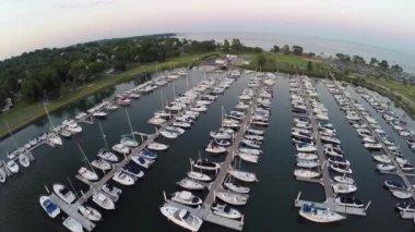 Aerial steadicam of Compo Beach marina — Vídeo de Stock