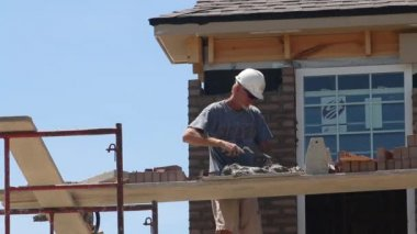 A bricklayer builds up a wall — Stock Video