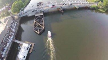 Boat chase under bridge — Stock Video
