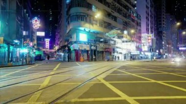 Ruchliwym skrzyżowaniu ulic z jasnego światła — Wideo stockowe