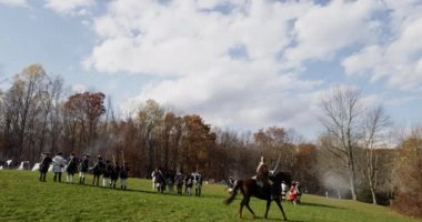 Wide shot, Revolutionary War reenactment — Stock Video