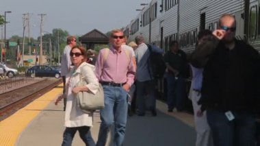 Commuters exit and board a Metra train — Stock Video
