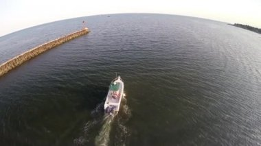 Boat leaving a harbor — Stock Video