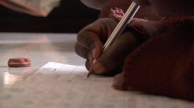 Criança, escrevendo e apagando no papel de folhas soltas — Vídeo stock