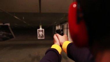 Male shoots handgun at target — Stock Video
