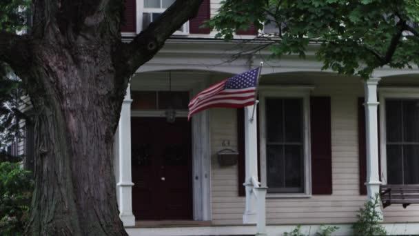 Bandera americana en una casa — Vídeo de stock