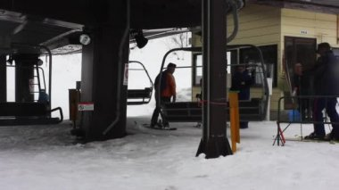Skiers getting on the ski lift — Stock Video