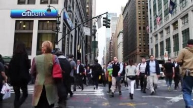 Pedestrians cross a crosswalk in New York — Stock Video