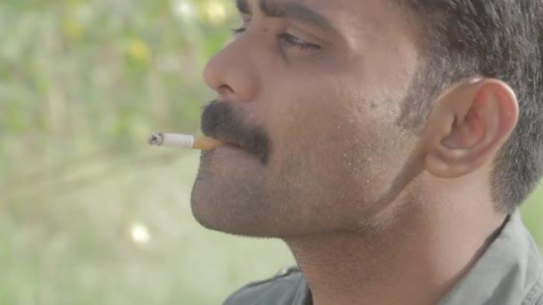 Hombre fuma un cigarrillo — Vídeo de stock