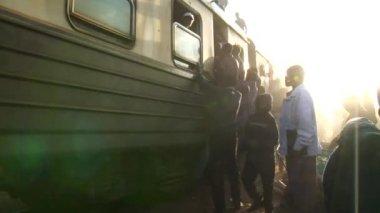 Kenianen proberen aan boord van een rijdende trein — Stockvideo