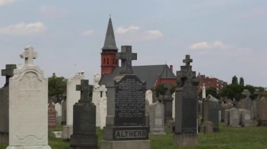 Надгробия и небо в Нью-Йорк Сити cemetary — Стоковое видео