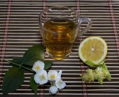Glass of tea from a linden with a lemon on a rug — Stock Photo