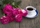 Bouquet of pink roses and coffee, still life — Stock Photo