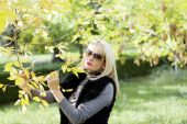 The golden fall, the woman holds in hand a branch with yellow le — Stock Photo