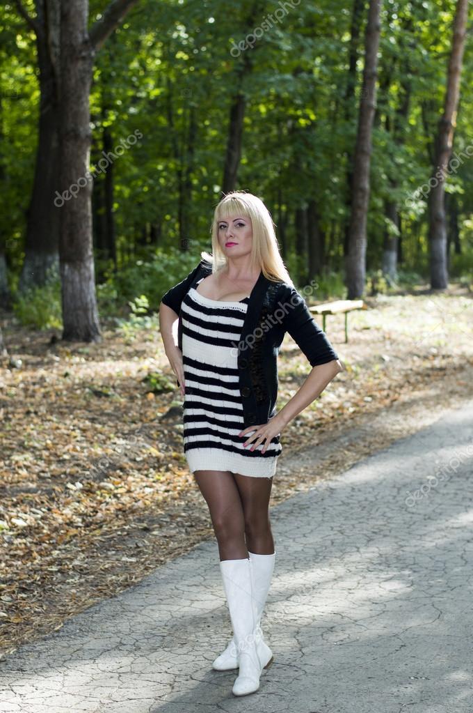 Блондинка женщина в сапогах фото 190-830