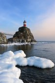Winter picture lighthouse on a lonely rock. East (Japan) Sea. — Stock Photo