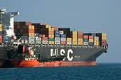 Bunkering tanker Langeree container ship MSC Joanna. Nakhodka Bay. East (Japan) Sea. 01.08.2014 — Foto de Stock