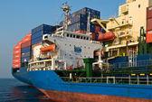 Tanker Ostrov Russkiy raid bunker op de containerschip Hyundai-bedrijven... Nachodka Bay. East (Japan) Zee. 19.04.2014 — Stockfoto