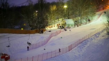 The skiing in the evening — Stockvideo