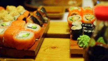 Einen Tisch im Sushi-bar — Stockvideo