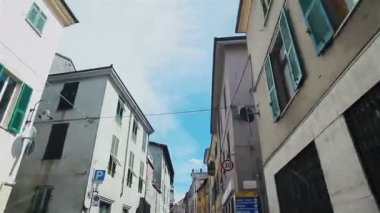 Driving narrow street between beautiful buldings in Gavi, Italy — Vídeo de Stock
