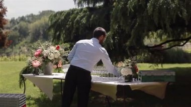 Waiter setting glasses and opening bottles of wine outdoors. 3 shots in a sequens — Stock Video