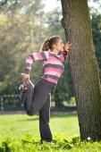 Young Beautiful Woman Stretching her Leg in the City Park — Stockfoto
