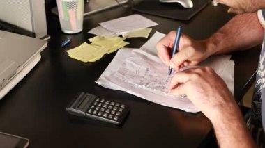 Furious Man calculating — Vídeo de Stock