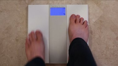 Human feet on scales — Stock Video