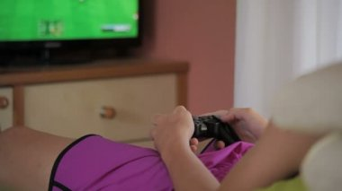 Teen with game console — Stock Video